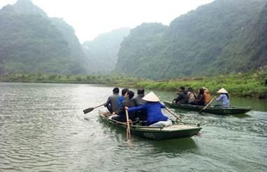 Tuy vất vả nhưng những phụ nữ lái đò trên bến Tràng An vẫn vượt khó từng ngày vì hạnh phúc gia đình.